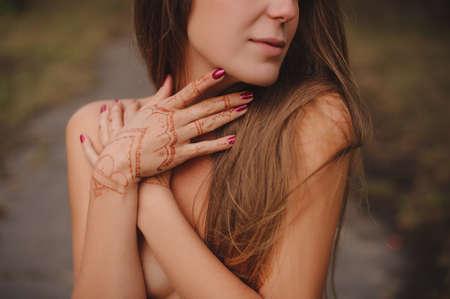 seins nus: Mehndi. Nice girl topless avec motif floral sur les mains