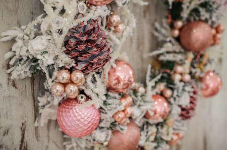 핑크 장식과 나무 배경에 거품 크리스마스 화 환을 닫습니다. 스톡 콘텐츠