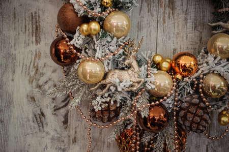 corona navidad: Corona de Navidad con adornos de oro en la decoraci�n de madera. de cerca Foto de archivo