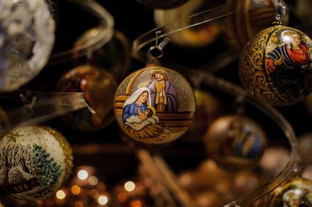 시장에서 판매되는 크리스마스 공에 그녀의 아들 예수와 결혼