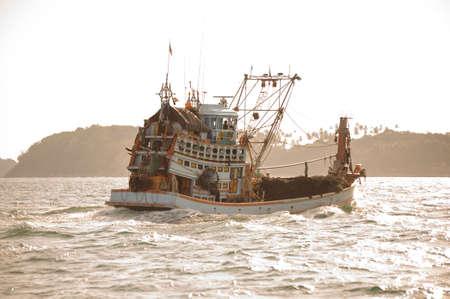 pesca: viejo barco de pesca de madera en el oc�ano. Tailandia