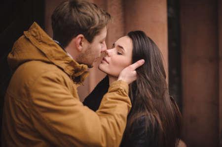 사랑 outdoor.Stunning 관능적 인 야외 초상화 젊은 부부. 봄, 겨울, 가을