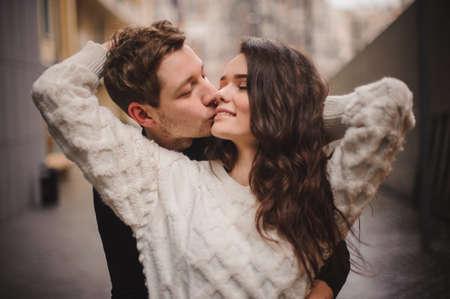 연인 젊은 행복한 커플 잘 생긴 남자가 젊은 여자를 귀에서 부드러운 키스를 속삭