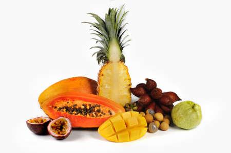 guayaba: Surtido de frutas exóticas aisladas sobre fondo blanco Foto de archivo