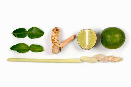 jengibre: Picante tailandés ingredientes alimentarios limón, galanga, jengibre, cafre, hierba de limón aislada en el fondo blanco