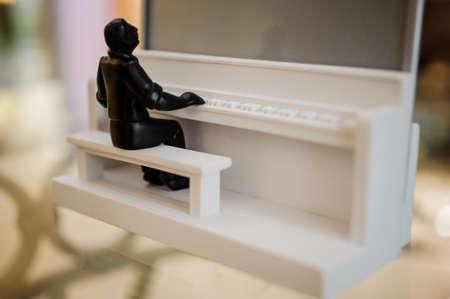 pianista: pequeña decoración para el hogar pianista estatua blanco y negro Foto de archivo