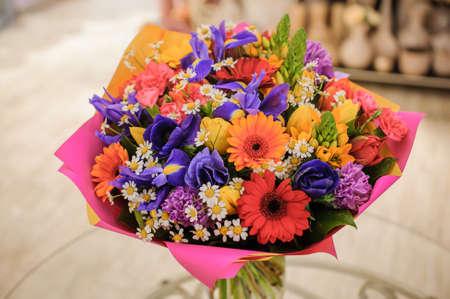 bouquet coloré avec des fleurs papier différent composition rose