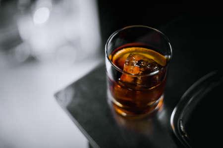 Altmodischen klassischen Cocktail in Glas auf dem Tisch Standard-Bild - 56083316