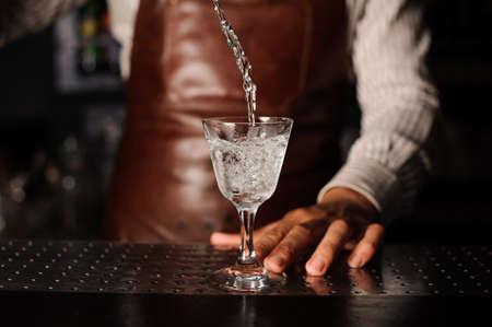 Wasser spritzt aus dem Glas infront Barmann Standard-Bild - 58752881