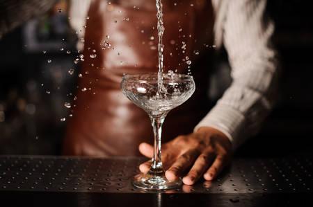 Barman Gießen Cocktail in ein Glas Champagner spritzt und ein Spritzen zu machen. kein Gesicht Standard-Bild - 58752832