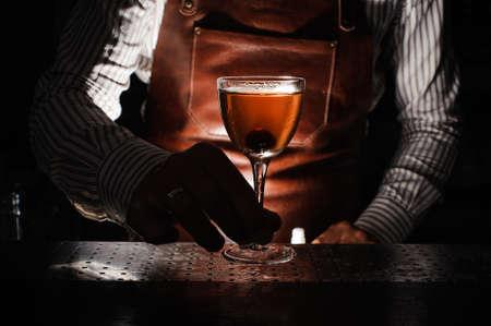Expert Barmann auf Cocktail in der Nacht-Club Spritzen Nahaufnahme