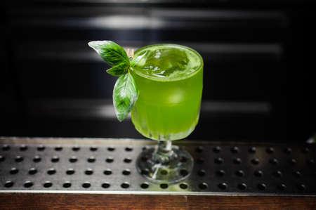 緑ジン バジル スマッシュ バーでカクテル 写真素材
