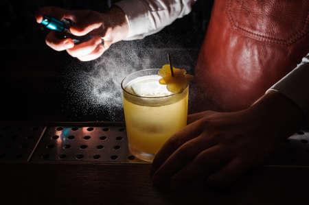 Expert Barmann ist Spritzen auf Cocktail kein Gesicht Standard-Bild - 60559667