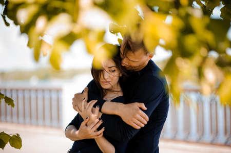 El hombre en el amor consuelo a su mujer sonriente al aire libre