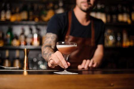 술집에서 일하는 바텐더, 얼굴없는 술집에서 칵테일을 제공합니다. 스톡 콘텐츠
