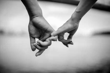 glückliche Paar Hand in Hand schwarz und weiß Lizenzfreie Bilder