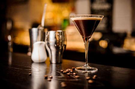 마티니 에스 프레소 칵테일 마시고 거품 커피 콩을 최고 바 카운터에 장식하십시오 스톡 콘텐츠