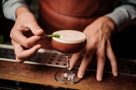 Bartender making a relaxing cocktail no face. Barmans apron. Elegant style. Lizenzfreie Bilder