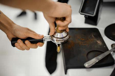 hot temper: Barista haciendo una tableta de café con la ayuda del genio en el fondo interior blanco