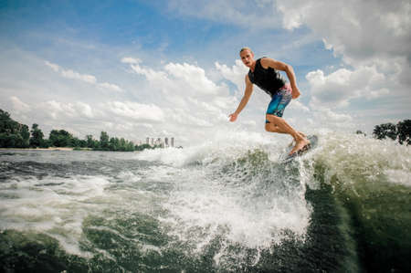 Practised athletic rider moves outside of the wake and cuts rapidly in toward the wake Standard-Bild