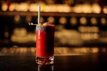 Verre de cocktail Bloody Mary à la tomate rouge salé décoré de sel et d'olives avec staw