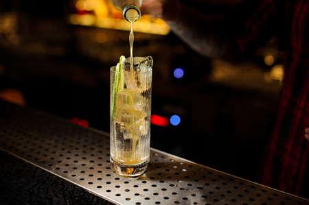 Bartender pouring a Lynchburg lemonade cocktail from the bottle Standard-Bild