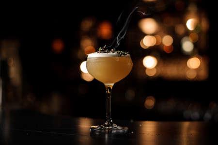 Cocktail brun clair sur un comptoir de bar