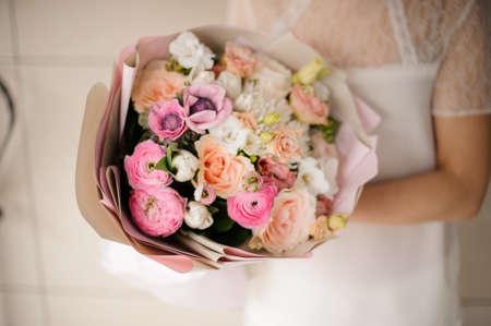 Gorgeuos wedding bouquet in a womans hands 版權商用圖片
