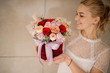 Happy girl holding a bouquet of roses Reklamní fotografie