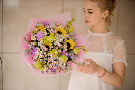 Young girl with amazing bouquet with daisies Reklamní fotografie - 122903818