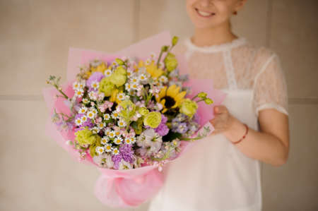 Smiling girl with amazing bouquet with daisies Reklamní fotografie - 122903819