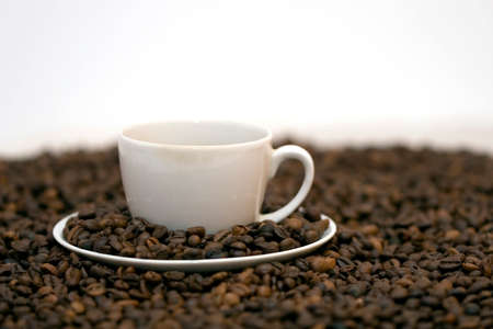 musetti: Coffe beans in cup on coffee background