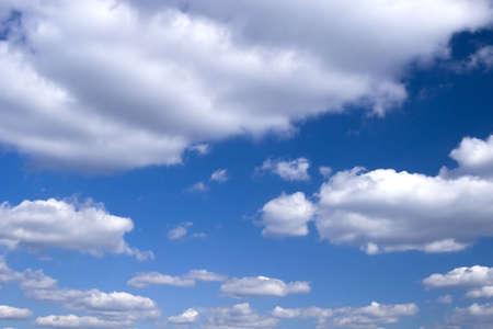 precipitaci�n: El cielo azul y nubes blancas hermosas.  Foto de archivo