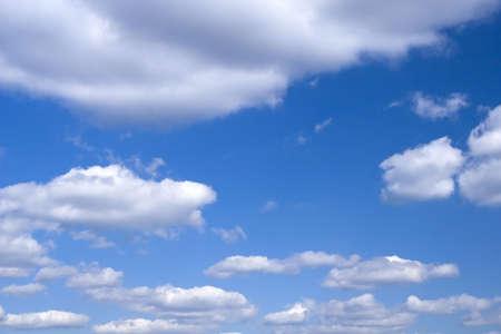 precipitacion: El cielo azul y nubes blancas hermosas.  Foto de archivo