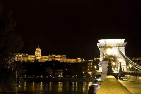 buda: Pont des Cha�nes et le Palais de Buda la nuit