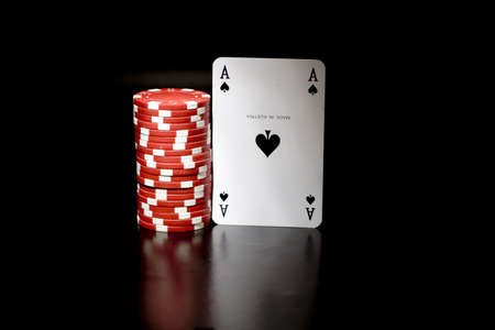 hold'em: Casino chips and card
