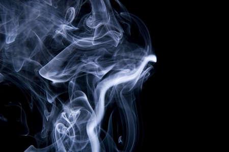 incienso: humo azul en negro