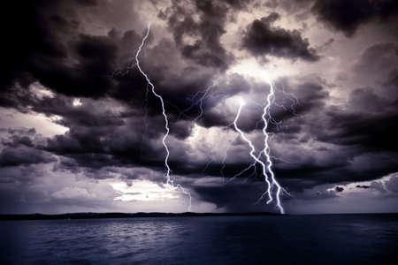 cielo tormenta: Gran rayo  Foto de archivo