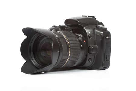 reflex: fotocamera digitale isolata su sfondo bianco