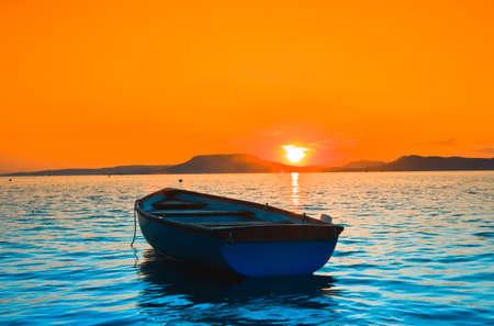 the boat on the river: Un hermoso atardecer visto el barco de pesca