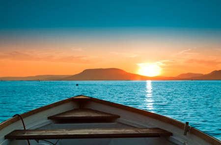 bateau: Un magnifique coucher de soleil vu le bateau de p�che Banque d'images