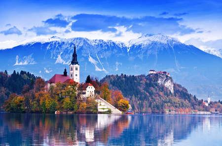 Bled met lake, eiland, kasteel en de bergen in de achtergrond, Slovenië, Europa Stockfoto