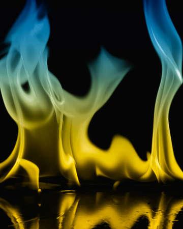 chemin�e gaz: Gros plan du feu et flammes sur fond noir Banque d'images