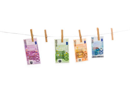 money laundering: Euro riciclaggio di denaro sul clothesline isolato su sfondo bianco