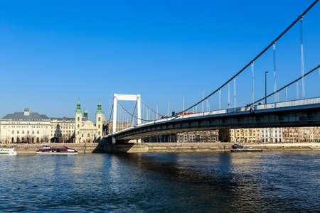elisabeth: BUDAPEST, HUNGARY - Februar 15, 2015: Elisabeth Bridge (Hungarian: Erzsebet hid) is the third newest bridge of Budapest, Hungary, connecting Buda and Pest across the River Danube Stock Photo