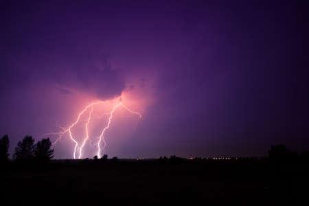 rayo electrico: nubes y rel�mpagos y truenos tormenta en Hungr�a