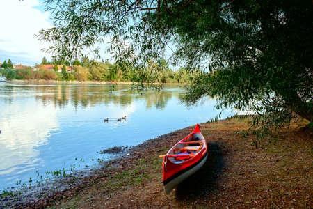 canoa: Canoa roja en la playa en el río Danubio, Hungría Foto de archivo