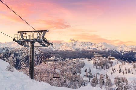 montañas nevadas: centro de esquí de Vogel, parque natural de Triglav, Alpes Julianos, Eslovenia, Europa.