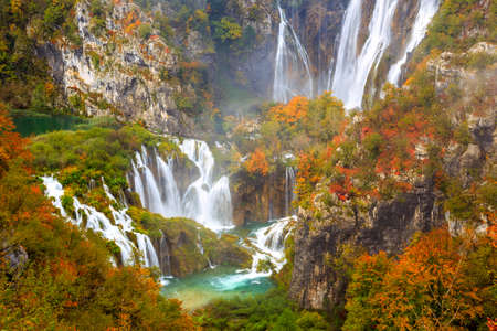 Colores Autum y cascadas del Parque Nacional de Plitvice en Croacia Foto de archivo - 47502731