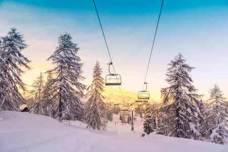 montañas nevadas: Montañas Panorama del invierno con pistas de esquí y remontes cerca de la estación de esquí de Vogel, Eslovenia